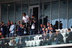 (L to R): Володимр Путін, Russian Federation Президент з Берні Екклстоун,
