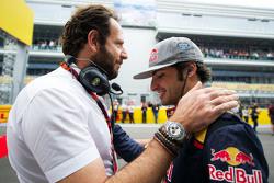 Matteo Bonciani, delegado de medios de comunicación la FIA con Carlos Sainz Jr., Scuderia Toro Rosso en la parrilla