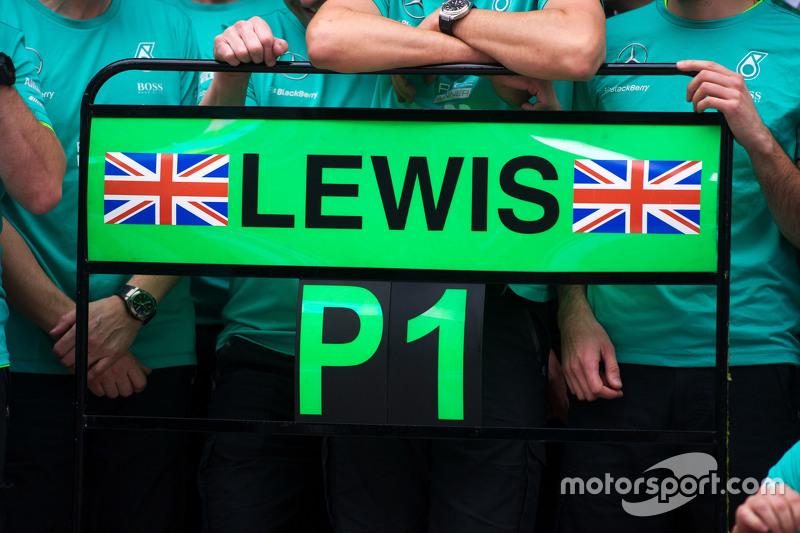 لوحة منطقة الصيانة للفائز بالسباق لويس هاميلتون، مرسيدس خلال الإحتفالات التي تلت السباق