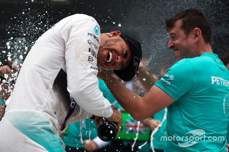 الفائز بالسباق لويس هاميلتون، مرسيدس يحتفل مع الفريق