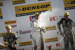 Race 2 Podium: peringkat ketiga Adam Morgan, WIX Racing Mercedes Benz A-Class, dan winner Mat Jackson, Motorbase Performance Ford Focus, dan peringkat kedua Tom Ingram, Speedworks Motorsport Toyota Avensis