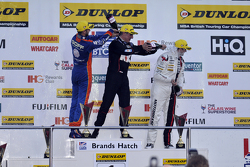 Podium de la Course 3 : le troisième, Jack Goff, MG 888 Racing MG6, le vainqueur Jason Plato, Team BMR Volkswagen CC et le deuxième, Mat Jackson, Motorbase Performance Ford Focus