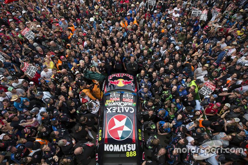 Fans observan las festividades en el podio