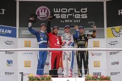Подиум: Егор Оруджев, Arden, второй, Оливер Роуленд, Fortec, победитель и Матье Ваксивьер, Lotus, третий