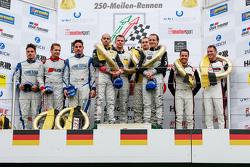 Podio: ganadores Hubert Haupt, Yelmer Buurman, Adam Christodoulou, Manuel Metzger, Negro Falcon, el segundo lugar Marc Busch, Dennis Busch, Marc Basseng, el tercer lugar Nick Tandy, Frédéric Makowiecki, Porsche del equipo