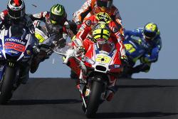 Andrea Iannone, Ducati Team, investe un gabbiano