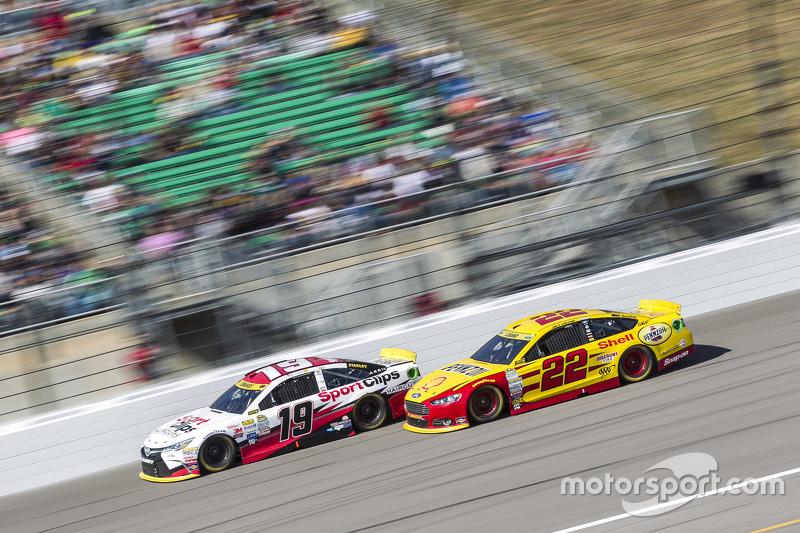 Карл Едвардс, Joe Gibbs Racing Toyota та Джой Логано, Team Penske Ford