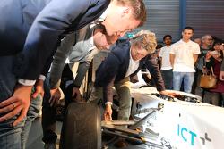 Nicky Catsburg, Xavier Maassen und Jan Lammers vor dem elektrischen Rennwagen