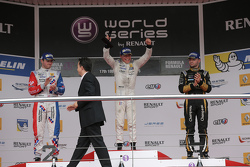 Winnaar Nyck de Vries, DAMS, 2de Oliver Rowland, Fortec Motorsports, 3de Matthieu Vaxivière, Lotus