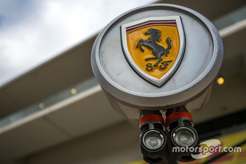 Logo de Ferrari en parada en pit