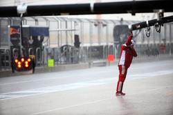 法拉利技师在雨中