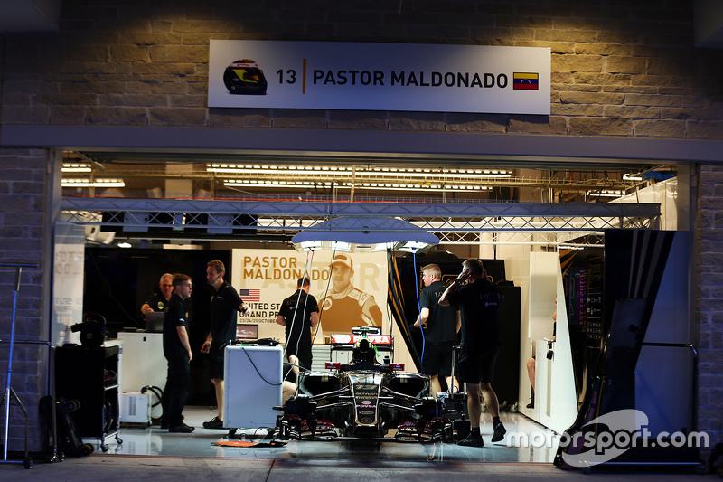 Пастор Мальдонадо, Lotus F1 E23 pit garage. 22.10.2015. Formula 1 World Championship, Rd 16, United