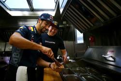 Daniel Ricciardo, Red Bull Racing trabaja en un camión de comida en Austin