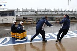 Механики Williams развлекаются под дождем