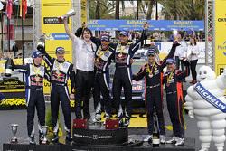 Podio: ganadores Andreas Mikkelsen y Ola Floene, Volkswagen Motorsport, segundo lugar Jari-Matti Lat