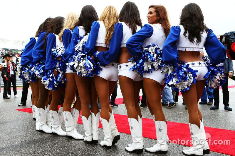 Dallas Cowboys Cheerleaders en el desfile de los pilotos