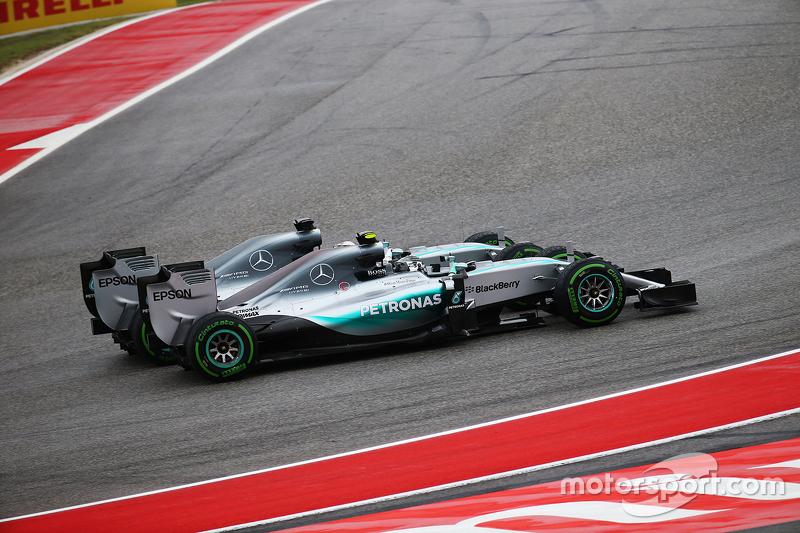 Ніко Росберг, Mercedes та Льюїс Хемілтон, Mercedes зіткнулися в першому повороті