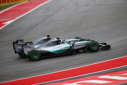 Nico Rosberg, Mercedes e Lewis Hamilton, Mercedes si toccano in Curva 1