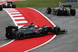 Фернандо Алонсо , McLaren MP4-30 recovers from a spin на початку гонки