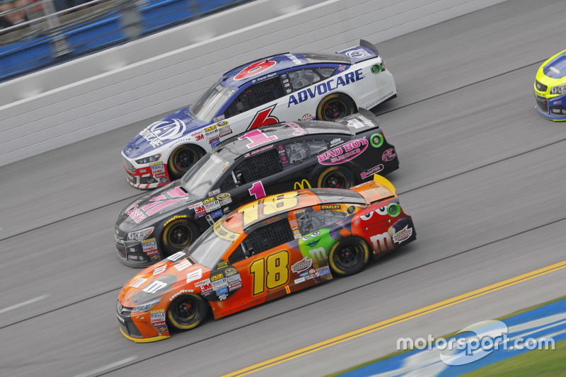 Kyle Busch, Joe Gibbs Racing Toyota and Jamie McMurray, Chip Ganassi Racing Chevrolet and Ricky Sten