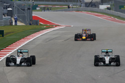 Lewis Hamilton, Mercedes AMG F1 W06 en ploegmaat Nico Rosberg, Mercedes AMG F1 W06 gevecht voor posi