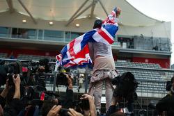 Победитель гонки и чемпион мира - Льюис Хэмилтон, Mercedes AMG F1 празднует с фанатами