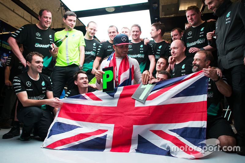 لويس هاميلتون يحتفل مع فريقه
