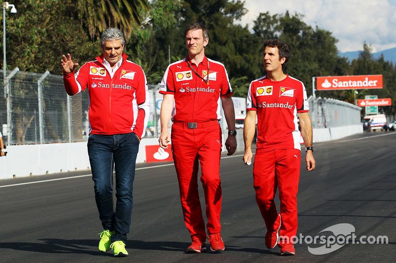 Maurizio Arrivabene, Ferrari Takım Patronu ve James Allison, Ferrari Şasi Teknik Şefi, pistte yürüyor