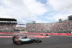 Nico Rosberg, Mercedes AMG F1 W06 con los frenos traseros en llamas
