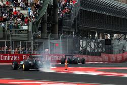 Nico Rosberg, Mercedes AMG F1 W06 con sus frenos traseros en llamas