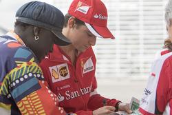 Esteban Gutiérrez; Scuderia Ferrari forma autógrafos para un fan
