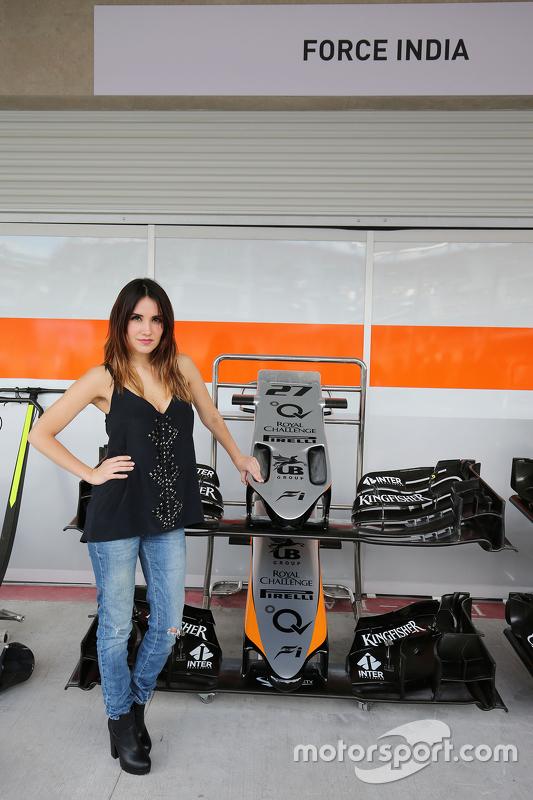 دولسي ماريا، مغنّية وممثّلة مع فريق فورس إنديا