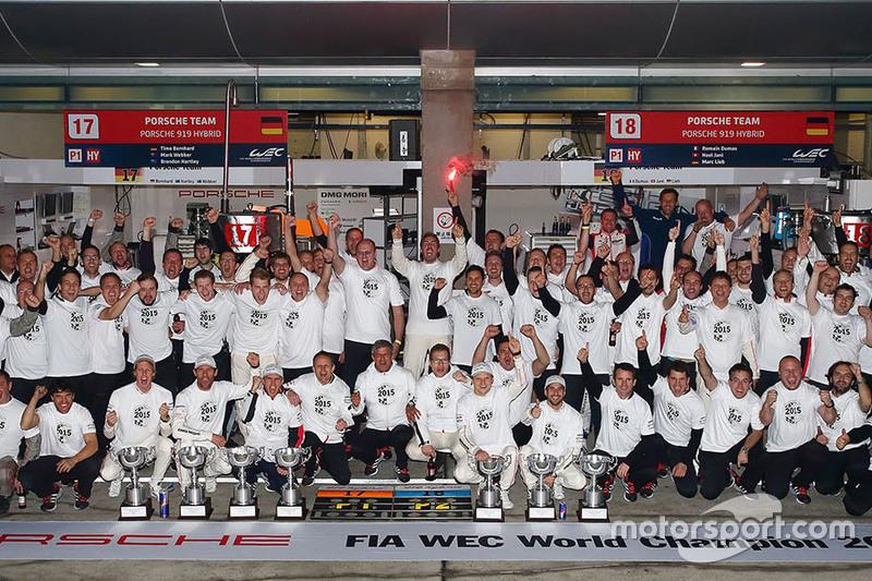 صورة جماعية لفريق بورشه صاحب لقب بطولة العالم للصانعين