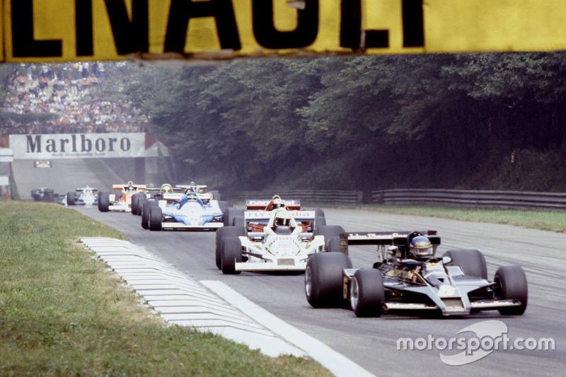 Ronnie Peterson, Lotus F1 Team e Alan Jones, Williams na volta de apresentação