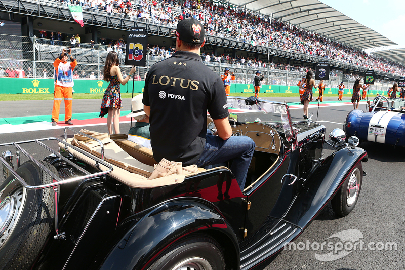 Pastor Maldonado, Lotus F1 Team on the drivers parade.