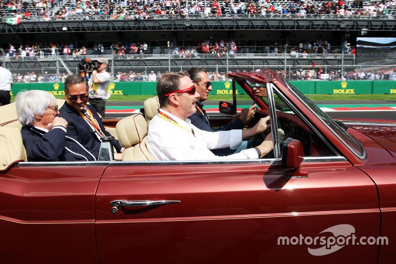 Найджел Менселл, drives Carlos Slim Domit, Chairman of America Movil та Берні Екклстоун, на параді пілотів.
