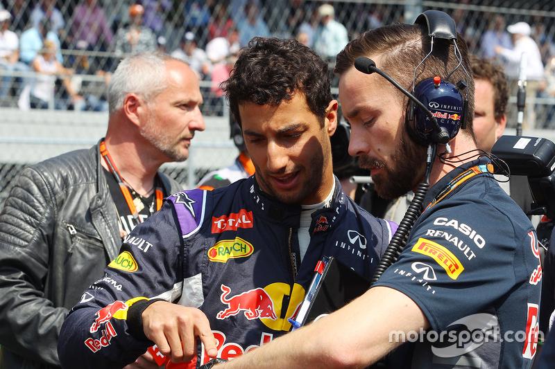 دانيال ريكاردو، ريد بُل مع سيمون رينيه، مهندس السباقات في فريق ريد بُل على شبكة الإنطلاق