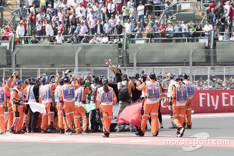 Sergio Pérez, Sahara Force India durante el desfile de pilotos con los marshals