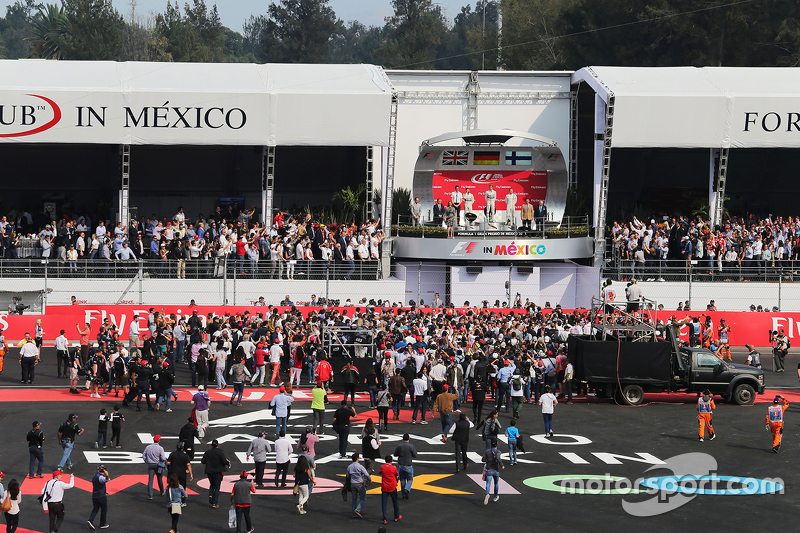 Podium: Second place Lewis Hamilton, Mercedes AMG F1, race winner Nico Rosberg, Mercedes AMG F1 and