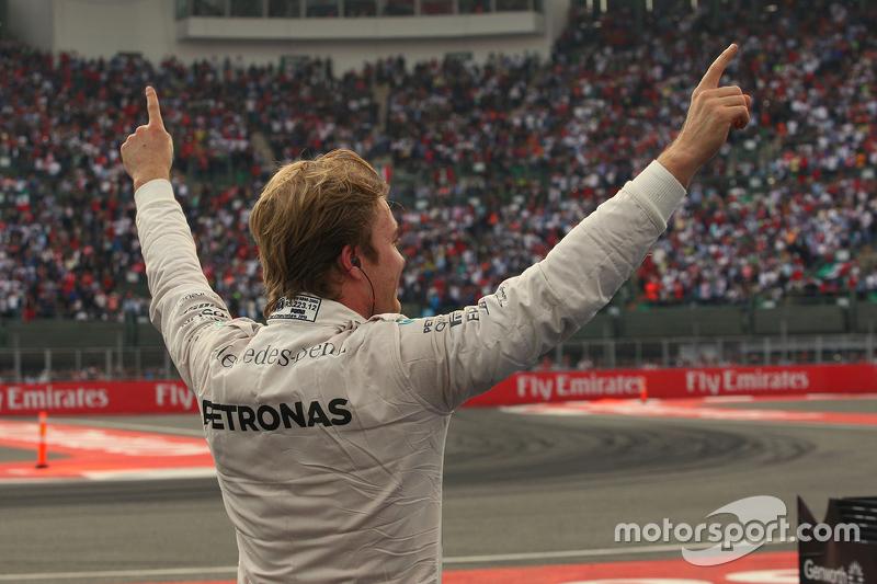 Ganador de la carrera Nico Rosberg, Mercedes AMG F1 celebra en el parc ferme