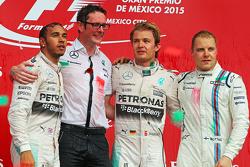 Podium : le deuxième Lewis Hamilton Mercedes AMG F1, Andrew Shovlin, Ingénieur Mercedes AMG F1, le vainqueur Nico Rosberg, Mercedes AMG F1, et le troisième Valtteri Bottas, Williams
