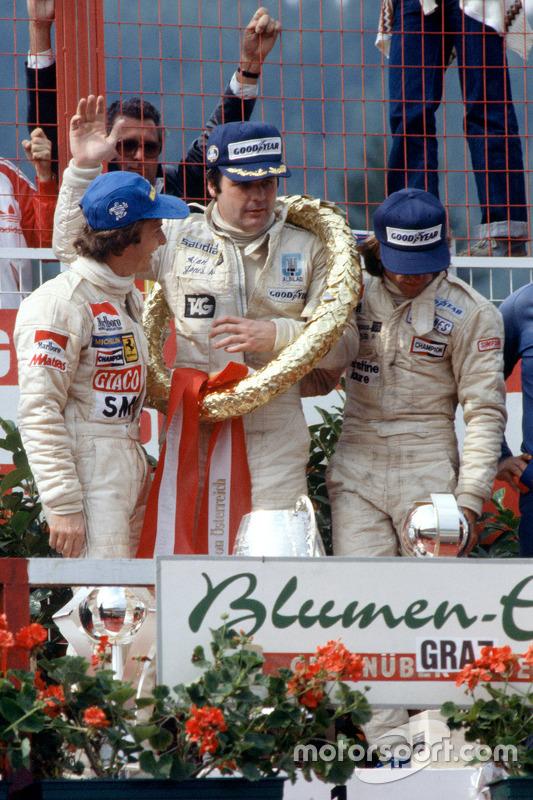 Podium : le vainqueur Alan Jones, Williams, le deuxième Gilles Villeneuve, Ferrari, et le troisième Jacques Laffite, Ligier