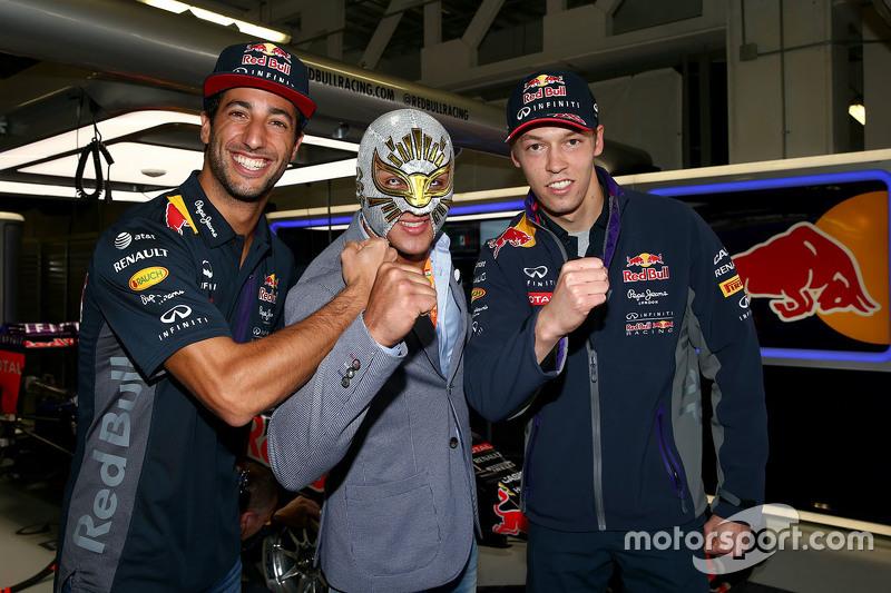Daniel Ricciardo, Red Bull Racing y Daniil Kvyat, Red Bull Racing con el luchador mexicano Místico