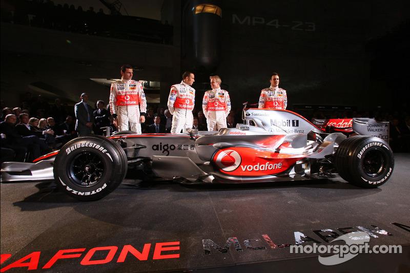 Gary Paffett, Lewis Hamilton, Heikki Kovalainen y Pedro de la Rosa posan con el nuevo McLaren Merced