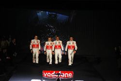 Gary Paffett, Heikki Kovalainen, Lewis Hamilton y Pedro de la Rosa posan con el nuevo McLaren Mercedes MP4-23