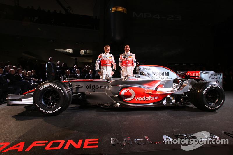 Heikki Kovalainen y Lewis Hamilton posan con el nuevo McLaren Mercedes MP4-23