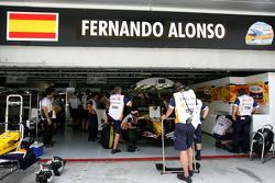Fernando Alonso, Renault F1 Team, R28, garage