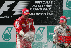 Podio: ganador de la carrera Kimi Raikkonen y Heikki Kovalainen el tercer lugar