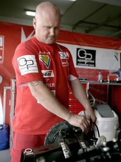 A Qi-Meritus mechanic at work