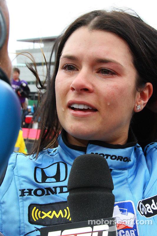 Emocionada, Danica Patrick dá entrevistas após a prova
